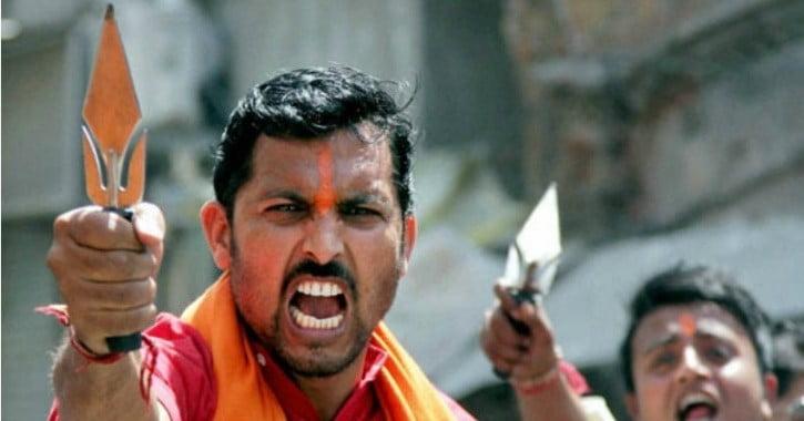विश्व हिन्दू परिषद् तथा बजरंग दल ने युवाओं को दिए त्रिशूल, कहा लव जिहाद और गौ हत्या पर लड़ेंगे
